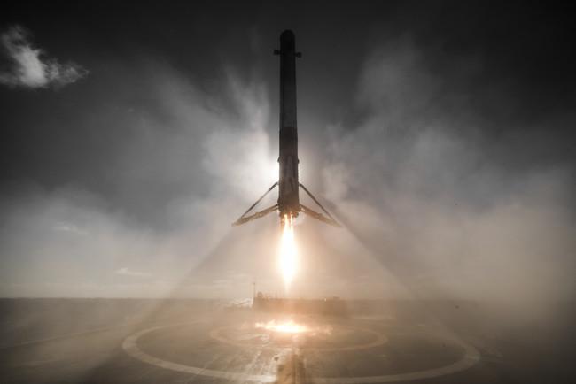 No, no es ciencia ficción, en realidad se trata del impresionante aterrizaje del cohete de SpaceX