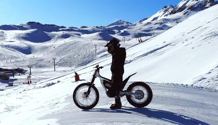 Imitando a Toni Bou: derroche de acrobacias con una moto eléctrica de trial en la nieve