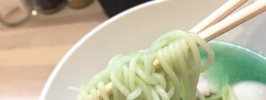 Un restaurante en Japón sirve unos fideos ramen de un color tan azul que solo queremos fotografiarlos para Instagram