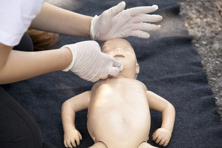 La importancia de saber primeros auxilios: un padre salva la vida de su hijo tras practicarle las maniobras RCP
