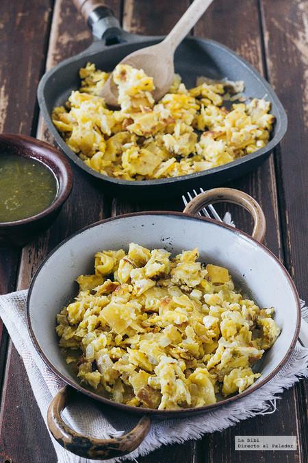 Huevos revueltos con cebolla y tortilla. Receta de desayuno