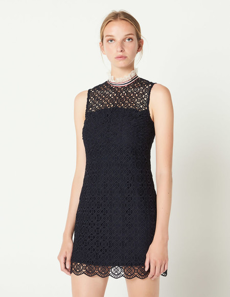 e8da6138aedb Un little black dress es una inversión segura, y más si se trata de una  pieza tan especial como esta de Sandro. Un vestido de encaje, de escote  calado y ...