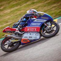 Jakub Kornfeil se lleva la primera pole de Moto3 entre el caos de Brno