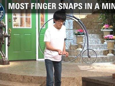 ¿Cuántas veces puedes chasquear los dedos en un minuto? Este hombre 296 veces