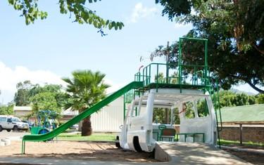 Recicladecoración: un jardín de juegos a partir de una vieja ambulancia
