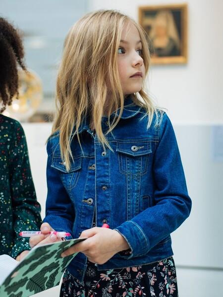 Cinco ideas de looks de niña con chaqueta vaquera para lucir de diferentes formas esta prenda tan versátil