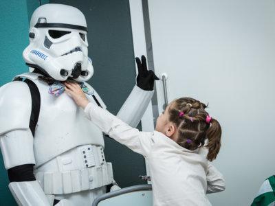 La Legión 501 de los soldados imperiales se ha paseado por las áreas de pediatría de distintos hospitales españoles para celebrar el día de Star Wars