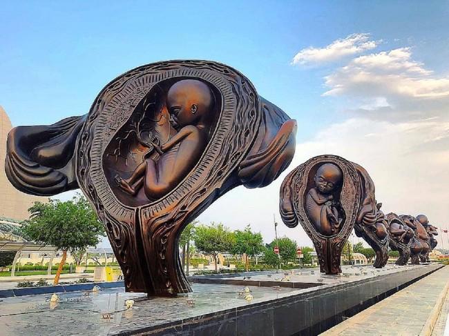 14 esculturas gigantes de Damien Hirst ilustran el viaje de un feto en el útero hasta su nacimiento