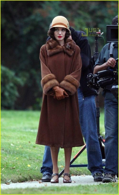 Foto de Angelina Jolie en el set de 'The Changeling' de Clint Eastwood (6/14)