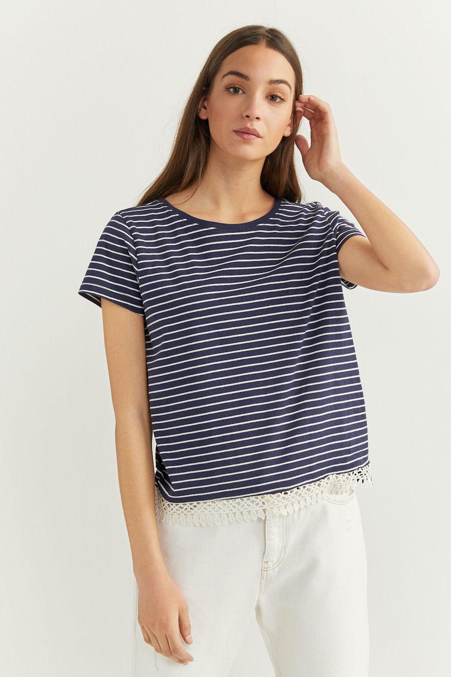 Camiseta de manga corta con cuello redondo y detalle de crochet en el bajo.