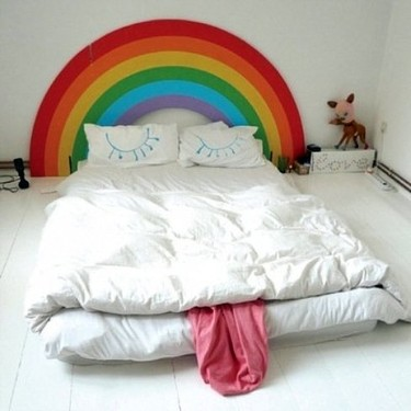 Cabecero arcoíris para un dormitorio infantil