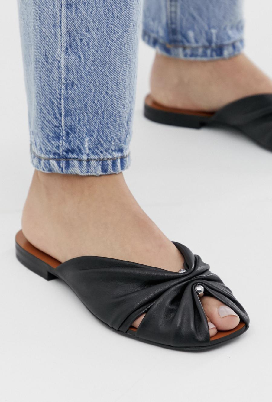Sandalias en negro de cuero con puntera cuadrada y diseño recogido de & Other Stories