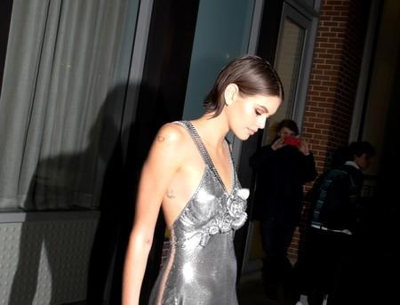 Kaia Gerber nos encanta con sus dos lookazos de impresión: por el día reinventa la blazer y por la noche brilla