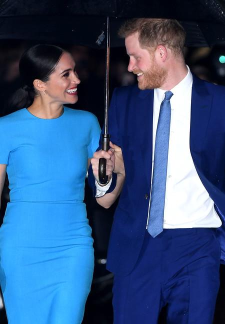 Meghan Markle elige un vestido en el azul de moda en su esperada reaparición junto al príncipe Harry