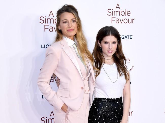Blake Lively y Anna Kendrick, estrenan Un pequeño favor con un estilo muy diferente
