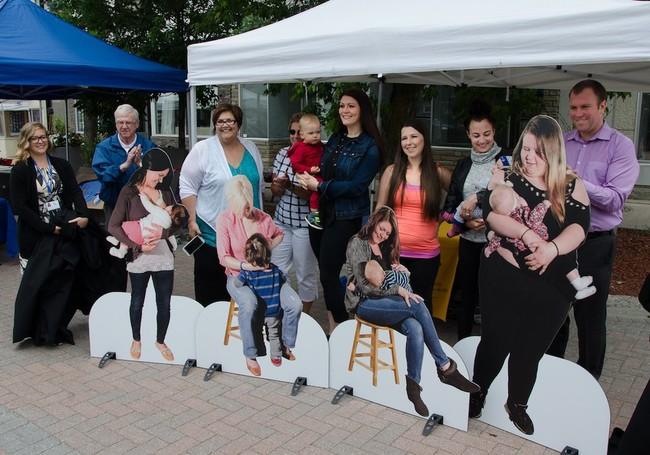 Colocan en Canadá figuras de cartón de madres amamantando para normalizar la lactancia