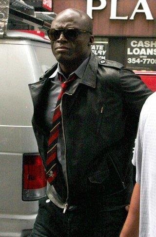 Cazadora de cuero con camisa y corbata, Seal lo aprueba