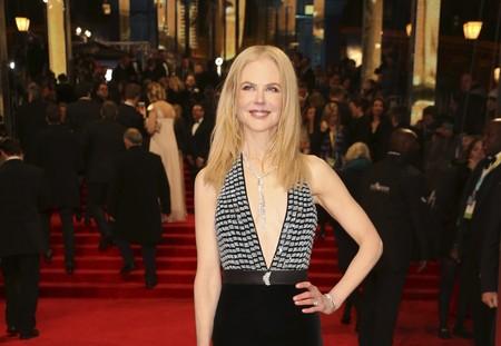 Nicole Kidman y su vertiginoso escote ya desfilan por la alfombra roja de los Premios BAFTA