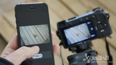 SOny NEX 6 manejada con un iPhone