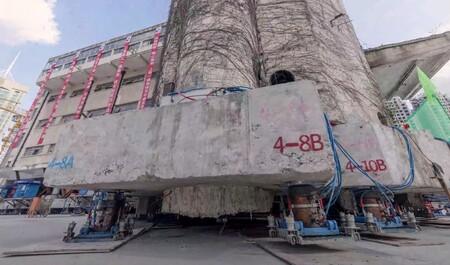 """China utiliza 198 patas robóticas para hacer """"caminar"""" y recolocar un edificio histórico de 7.600 toneladas"""
