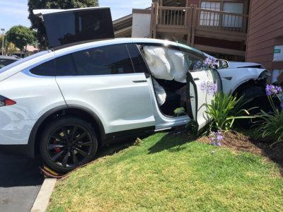 ¿Se chocó solo este Tesla Model X, como afirma su dueño? Tesla sabe que no