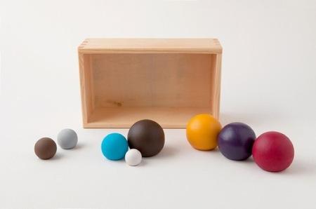 ¿Buena o mala idea?, un Belén minimalista con esferas de colores
