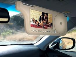 El sitio definitivo para un reproductor de DVD: el parasol del coche