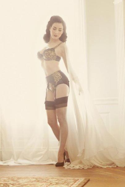 ¡Uy qué raro Diva Von Teese posando en lencería fina!