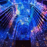 Cuando una capilla gótica del siglo XVI se transforma en un hipnotizante lienzo tecnológico