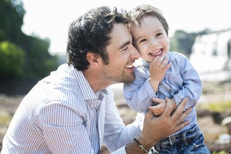 Esos hombres que apenas se involucran en el cuidado de sus hijos porque ellas lo hacen mejor