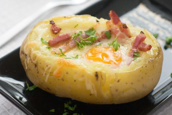 Receta fácil de patata asada rellena de huevo y bacon