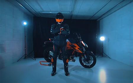Si tienes una KTM Duke puedes ganar una equipación o un viaje a Mattighofen con solo subir una foto