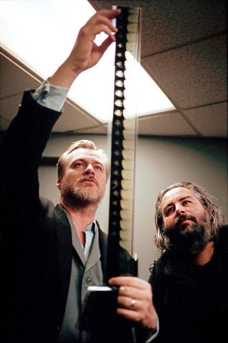 Nolan y Hoyte Van Hoytema revisando los negativos de 2001