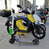 Los controladores SER de Madrid podrán multar a patinetes, bicis y motos compartidas mal aparcadas a partir de 2021