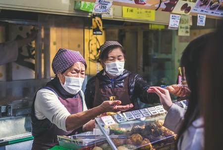 De 200 positivos diarios a apenas tres: cómo ha cortado Japón su último brote de coronavirus
