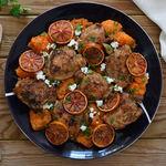 Pollo al horno con boniato, naranjas sanguinas y queso feta: receta para salir de la rutina del pollo asado de siempre