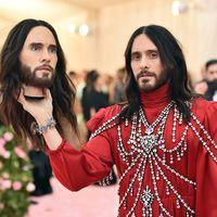 Jared Leto pasea por la MET Gala con la cabeza en sus manos como parte de su look