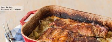 Costillar de cerdo asado con cebolla y patatas. Receta de carne al horno