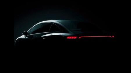 El Mercedes-Benz EQE la berlina eléctrica a escala del EQS, y ya se ha dejado ver antes de su presentación en Múnich