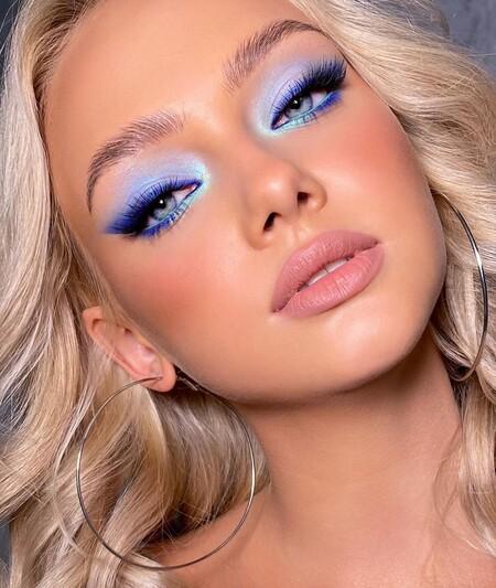 delineador de ojos azul