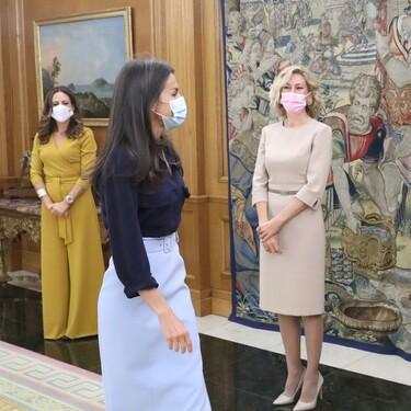La reina Letizia recupera la falda midi que triunfa entre la realeza europea