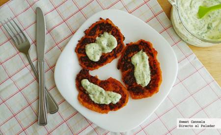 Tortitas de camote con salsa de yogurt y cilantro. Receta