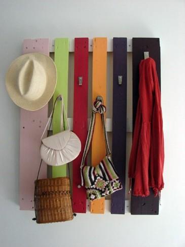 Hazlo tú mismo: un colgador primaveral con un palé