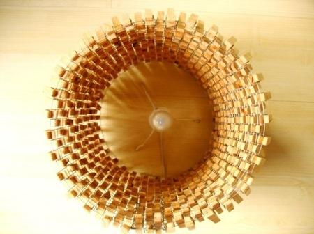 Recicladecoración: una lámpara hecha con pinzas