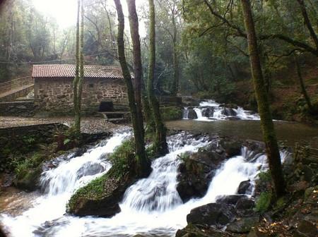 Ruta del Agua y la Piedra. Antiguos molinos cerca de la Ría de Arousa.