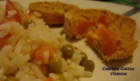 Calabaza rellena y empanada con ensalada de arroz. Receta saludable