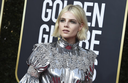 Nos quitamos el sombrero: Lucy Boynton sí sabe como maquillarse con glitter para los Globos de Oro 2020
