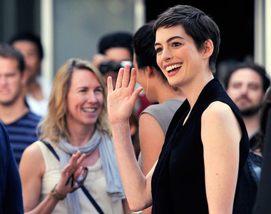 Anne Hathaway y su novedosa técnica anti-paparazzi: ¡Toma caca de perro!