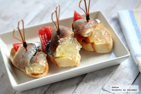 Sardinas ahumadas con tomate y su gelatina. Receta de aperitivo