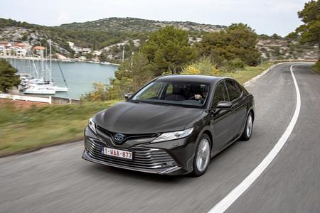 El Toyota Camry hybrid llega a España: una interesante berlina híbrida de 218 CV, desde 32.300 euros